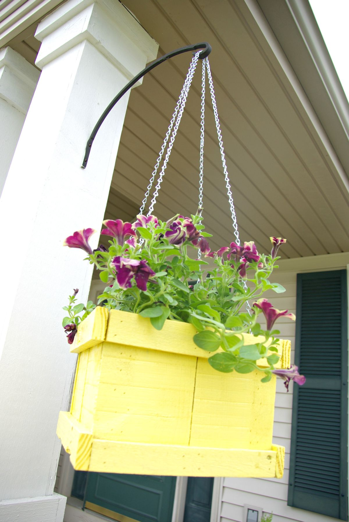 Wood pallet hanging planter, Homedit article