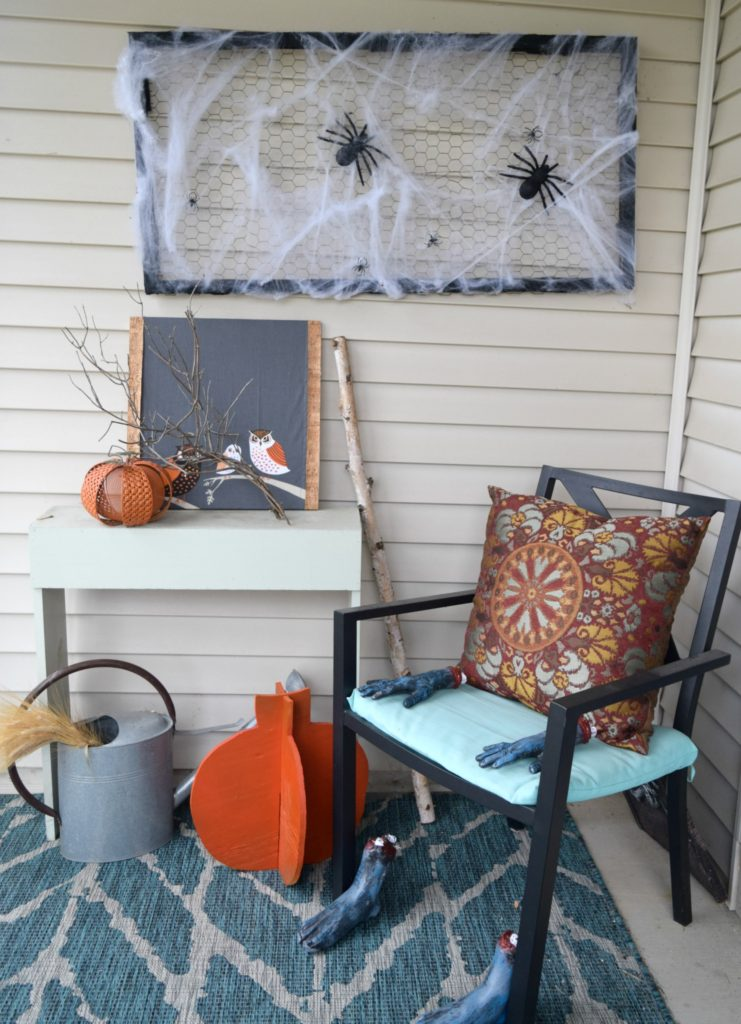 spider-decor-on-front-porch