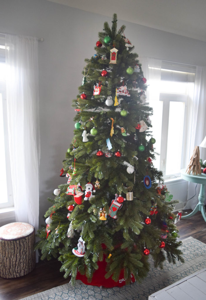 family-decorated-christmas-tree_