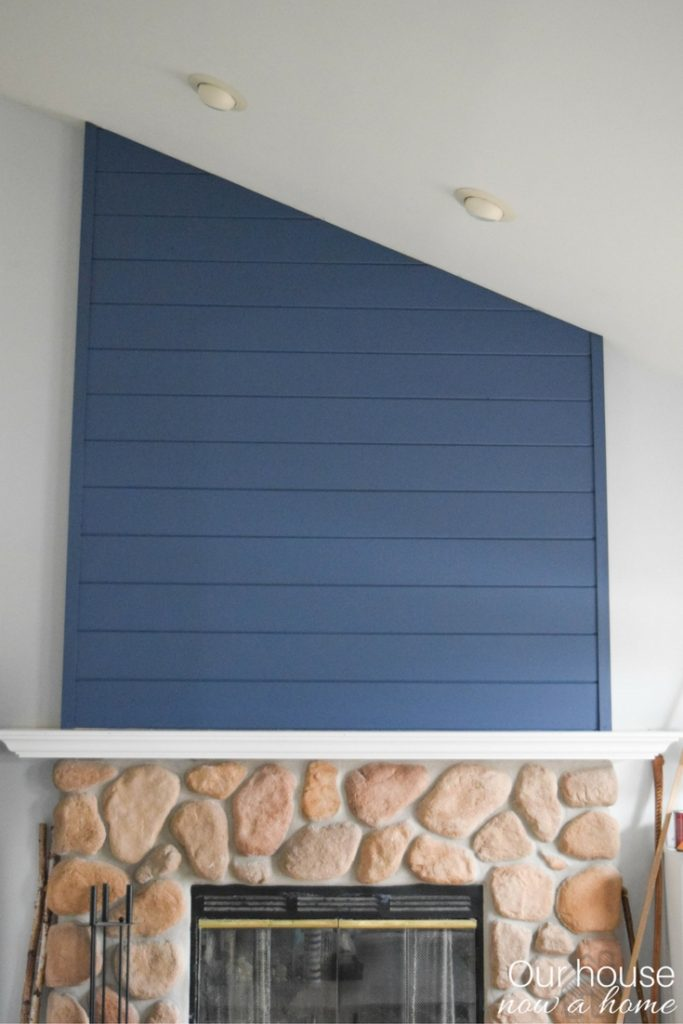 Navy blue shiplap feature wall on fireplace - Modern twist to the country classic
