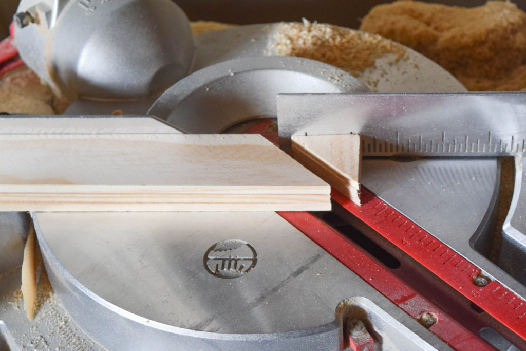 how to cut wood at a 45 degree angle to make a DIY picture frame