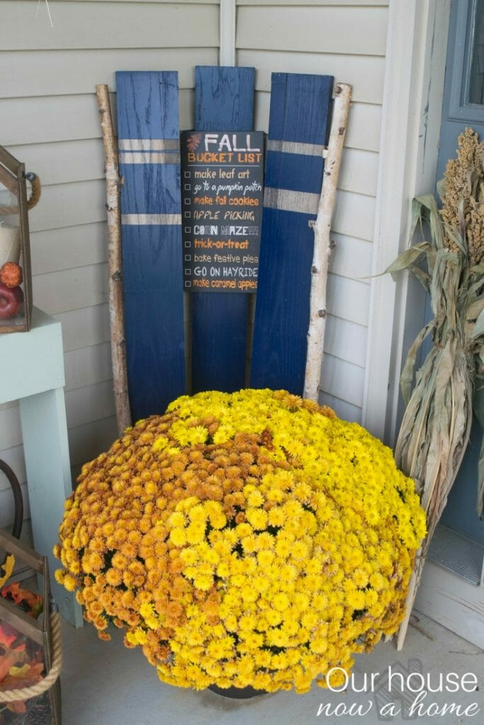 Simple steps to decorate a front porch for fall. Outdoor fall DIY decorations. (2)