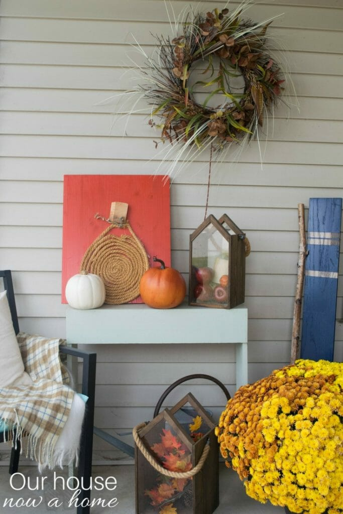 Simple steps to decorate a front porch for fall. Outdoor fall DIY decorations.